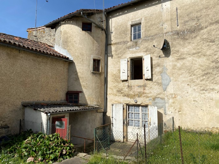 Old Village House to Renovate in Nanteuil en Vallée