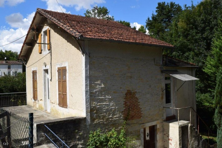 Old Detached Stone House To Renovate - Close To Mansle
