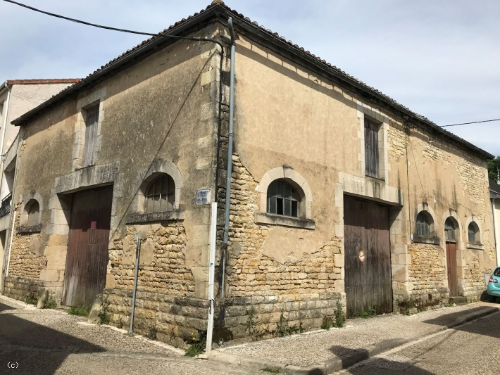 Old Warehouse to renovate with outbuilding - in Ruffec
